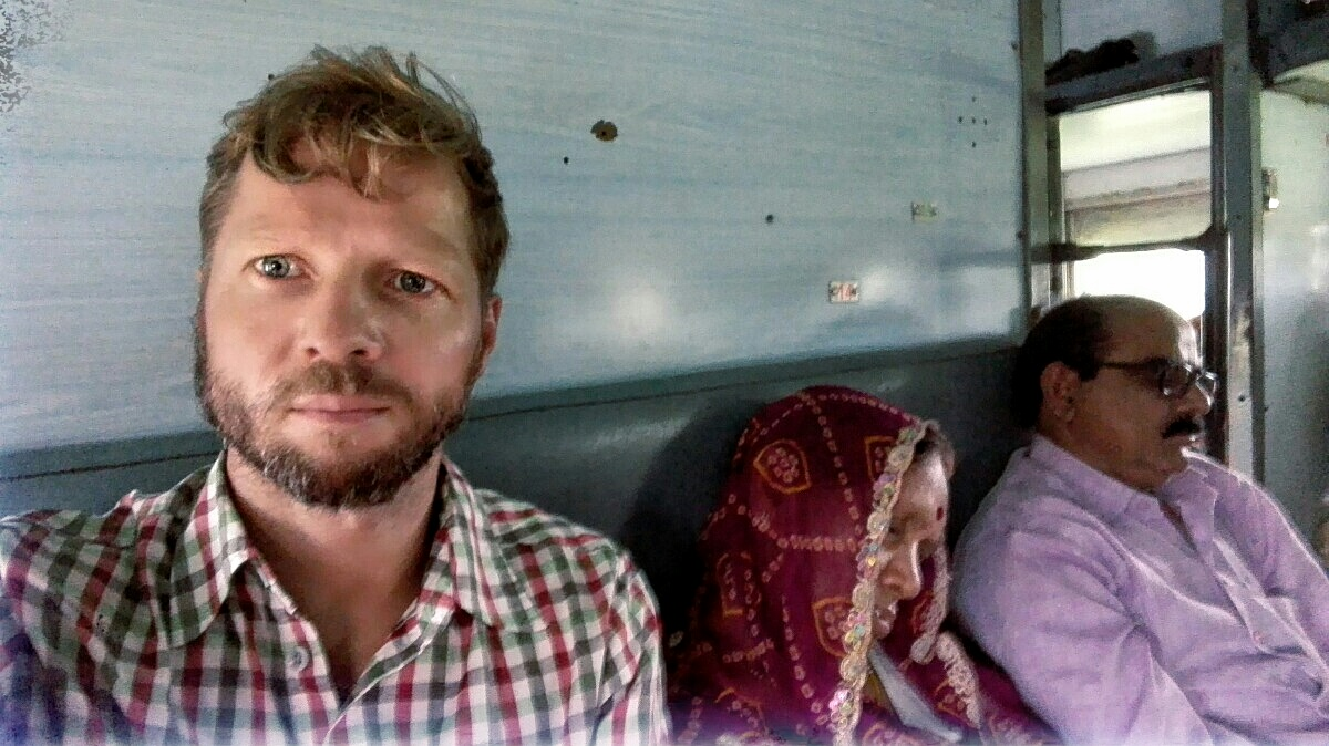 Videonauts backpacking Indien on a train